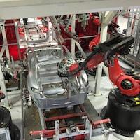 Des véhicules Tesla sont assemblés par des robots à l'usine du constructeur, située à Fremont, en Californie.