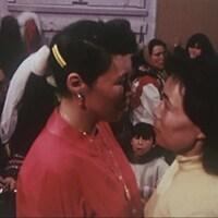 Deux femmes face à face qui se regardent dans les yeux.