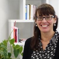 Chantal Pilon assise à son bureau.