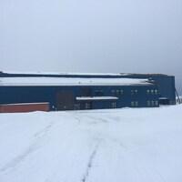 Le gouvernement du Nouveau-Brunswick tente de vendre ce bâtiment, au chantier naval à Bas-Caraquet.