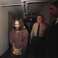 Charles Manson est escorté par un agent lors de son procès pour avoir ordonné sept meurtres, en 1969.