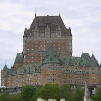 Château Frontenac à Québec en été vu du port de Québec