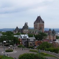 Vue du Château Frontenac en été, à Québec.