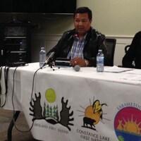 Le chef Bruce Achneepineskum de la Première Nation de Marten Falls pendant une conférence de presse.
