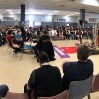 Un groupe de personnes membres de communautés autochtones assis en cercle.