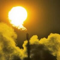 La cheminée d'une industrie pétrolière, à Edmonton, en Alberta