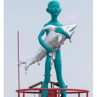 deux statues, une d'un garçon tenant un requin, l'autre d'un coureur fatigué.