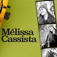 Des photos de Mélissa Cassista à côté d'une machine à écrire.