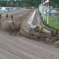 Des conducteurs de chevaux font la course sur une piste de Stampede de Calgary.