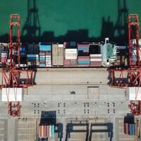Vue aérienne sur un bateaux chargé de conteneurs dans un port chinois.