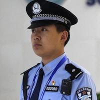Deux agents de police chinois font de la surveillance.