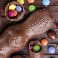 Un lapin et des oeufs de Pâques en chocolat