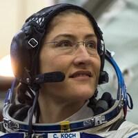 Plan rapproché de Christina Koch en combinaison spatiale.