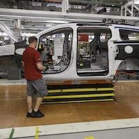 Employé dans la chaîne de montage de l'usine de Chrysler à Windsor