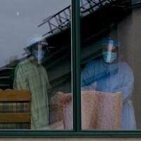 Des travailleurs de la santé dans le CHSLD Herron à Dorval.