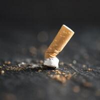 Une cigarette écrasé.