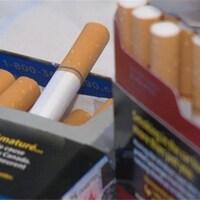 Des paquets de cigarettes.