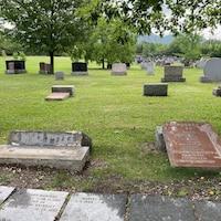 Plusieurs pierres tombales renversées.