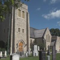 Une cathédrale anglicane, et en avant-plan, son cimetière.