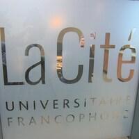 La vitre d'un local de la Cité universitaire francophone à l'Université de Regina.