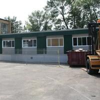 Classes modulaires, lors de leur installation à l'école Notre-Dame-des-Rapides, dans Lasalle