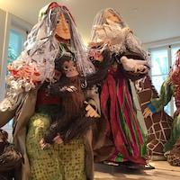 Des sculptures représentant Noé, sa femme et un de leurs fils.