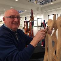 Le sculpteur Clément Lemieux à l'oeuvre