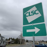 Un panneau de route indiquant un CLSC qui se situe vers la droite.