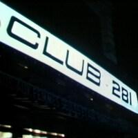 Enseigne du Club 281 illuminée dans la nuit.