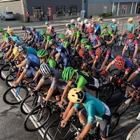 Des dizaines de cyclistes attendent le coup de départ.