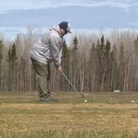 Un golfeur au Club de golf de Baie-Comeau