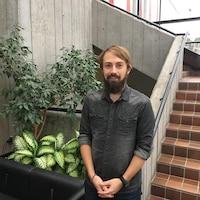 M. Barthez posant dans l'entrée de Radio-Canada avant une entrevue.