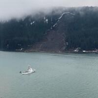Un navire de la garde-côtière américaine près de l'endroit où une coulée de boue plonge dans la mer.