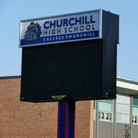 Le panneau d'une école avec un bouledogue.