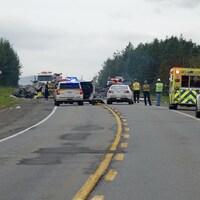 Policiers et ambulanciers sur les lieux de l'accident