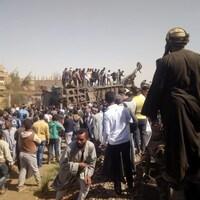 Des personnes inspectent les dégâts après la collision de deux trains près de la ville de Sohag.