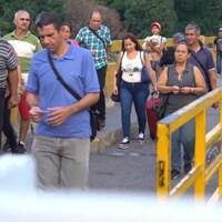 Des Vénézuéliens sur le pont international Simon Bolivar, principale voie terrestre qui relie le Venezuela à la Colombie