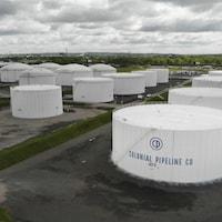 Des réservoirs affichant le nom de l'entreprise Colonial Pipeline.