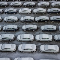 Des voitures à l'extérieur d'une usine d'assemblage du constructeur américain General Motors.