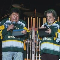 Deux comédiens sur scène avec le chandail des Broncos