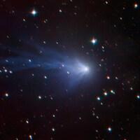 La comète parmi des étoiles.