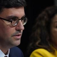 Philippe-André Tessier est président de la Commission des droits de la personne et des droits de la jeunesse. À droite, la vice-présidente responsable du mandat de la Charte des droits et libertés de la personne du Québec, Myrlande Pierre.