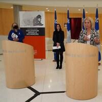 Quatre députés lors d'une conférence de presse.