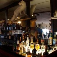 Le comptoir du bar avec ses bouteilles d'alcool à l'Hôtel Eagle Plains au Yukon