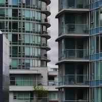 Des appartements vus de l'extérieur dans des tours de logements à Vancouver.