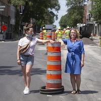 Portrait de Julie Mercier et Judy Servay s'appuyant sur un cône au milieu du boulevard Saint-Laurent