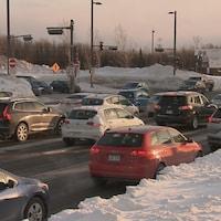 Quelques dizaines de voitures à l'intersection du boulevard Lebourgneuf et Robert-Bourassa