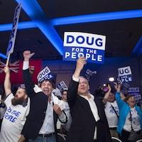 Des militants conservateurs qui célèbrent la victoire
