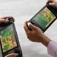 Deux personnes jouent à un jeu vidéo sur leur propre console portable.