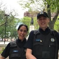 Deux officiers du SPVM en train de travailler au Square Cabot.